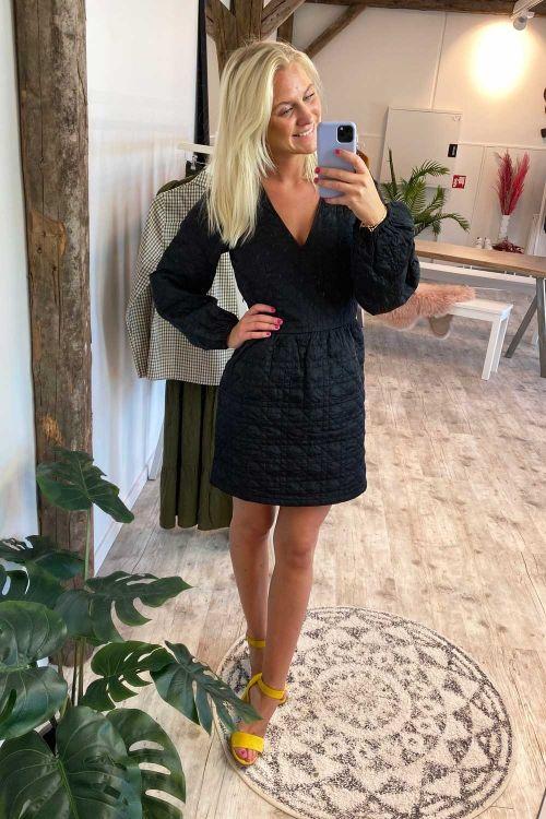 NA-KD Kjole Quilted Dress Black Hover